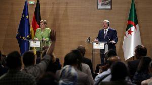 Saksan liittokansleri Angela Merkel ja Algerian pääministeri Ahmed Ouyahia yhteisessä tiedotustilaisuudessa Algeriassa.