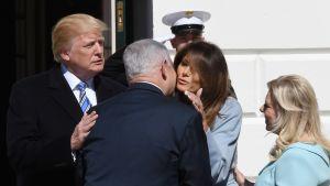 Netanjahu halaa Melania Trumpia. Donald Trump ja Sara Netanjahu ovat vieressä.