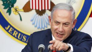 Benjamin Netanjahu puhujakorokkeella.