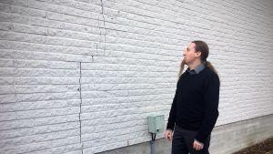 Kurikan kaupungin tekninen johtaja Toni Keski-Lusa kirjaston julkisivun halkeaman vierellä.