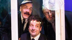 Kolme miesnäyttelijää roolliasuissa.