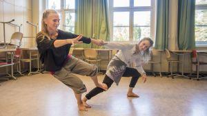Tanssitaiteilijat Laura Koistinen ja Vera Tegelman