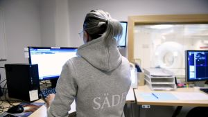 Hoitaja tarkkailee magneettikuvauksessa olevaa potilasta syöpätautien klinikan sädehoito-osastolla Helsingissä.