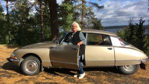 Pirkko Kivinen ja vuoden 1972 Citroën DS Pallas -auto.