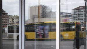 Bussi heijastuu kaupan ikkunasta.