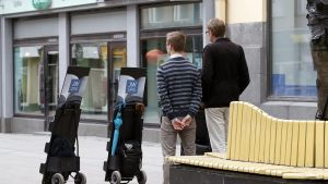 Jehovan todistajia kadulla.