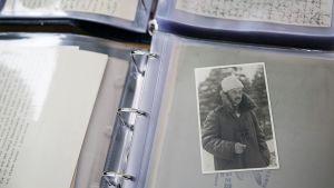 Asiakirjoja ja Mannerheimin valokuva.