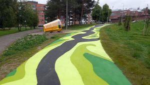 Jukka Silokunnaksen katumaalaus Green GPS ja Elina Ahosen keltainen kolo löytyvät Aatoksenpuistosta.