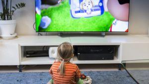 lapsi katsoo televisiota