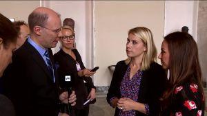 Kokoomuksen kansanedustajat Saara-Sofia Sirén ja Jaana Pelkonen kertoivat äänestyksen jälkeen ilmoittautuneensa tarkoituksella poissaoleviksi, vaikka olivat läsnä salissa.