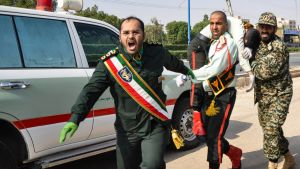 Ahvāzin sotilasparaatiin osallistuneet kantoivat iskussa haavoittunutta 22. syyskuuta.