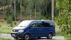 pakettiauto metsätiellä