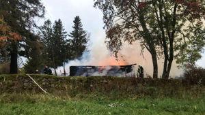 Joensuun Kiihtelysvaaran vanha puukirkko liekeissä.