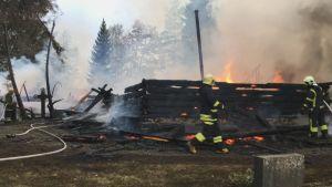 Kiihtelysvaaran kirkon palavat rauniot - pelastushenkilökunta sammutustöissä.