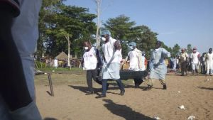 Tansanian Punaisen Ristin vapaaehtoiset kantavat hukkunutta.