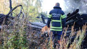 Poliisi tutkii palaneen kirkon raunioita.