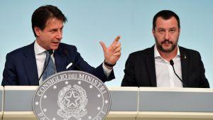 Italian pääministeri Giuseppe Conte ja sisäministeri Matteo Salvini esittelevät tiukempia maahanmuuttolakeja Roomassa 24. syyskuuta 2018.