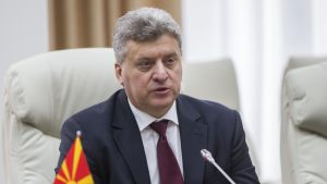 Makedonian presidentti Gjorge Ivanov istuu valkoisessa nojatuolissa mikrofoni edessään.
