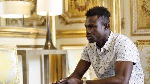 """Kuvassa oleva, """"Hämähäkkimieheksi"""" nimetty Mamoudou Gassama sai palkinnoksi sankariteostaan Ranskan kansalaisuuden ja työpaikan palolaitokselta."""