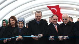 Erdogan leikkaa nauhaa