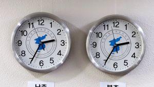 Kaksi kelloa rinnakkain.