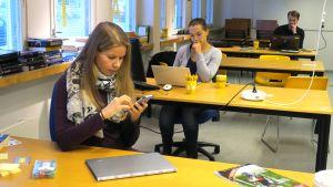 Työntekijöitä Lennättimen pöytien ääressä.