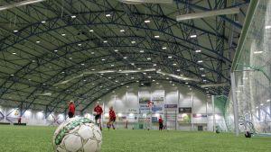 Oulun kaupungin omistama jalakapallohalli on rakennettu v. 2007.