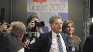 Kokoomuksen presidenttiehdokas Sauli Niinistö valokuvaajien ympäröimänä vuoden 2012 presidentinvaalien ensimmäisellä kierroksella Ylen vaalivalvojaisissa Musiikkitalolla.
