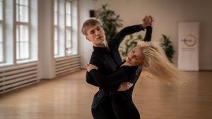 Tanssijat Jaak Vainomaa ja Tiina Tulikallio harjoittelevat valssia.