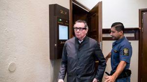 Jean-Claude Arnault poistumassa oikeussalista 24. syyskuuta.