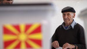 Albanialaistaustainen mies äänestää Makedonian nimen vaihtamisesta Zajasin kaupungissa.