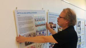 Sarjakuvantekijä Timo Kokkila on koonnut eteläpohjalaisista sarjakuvantekijöistä kertovan näyttelyn Seinäjoen kaupunginkirjastoon.