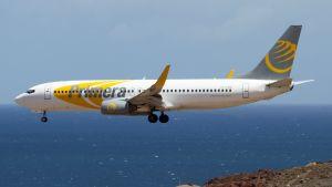 Primera Air yhtiön Boeing 737 -kone laskeutumassa Las Palmasin lentokentälle.