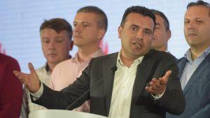 Makedonian pääministeri Zoran Zaev levittelee käsiään lehdistötilaisuudessa