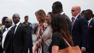 Melania Trump ja Rebecca Akufo-Addo kävelevät turvamiesten ja muun väen ympäröimänä lentokentällä.