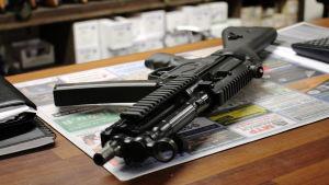 MP5-konepistooli pöydällä.