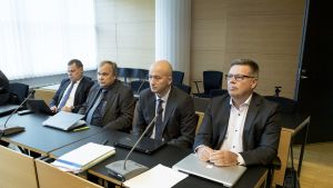 Robin Lardot (vas.) ja Jari Aarnio (oik.), asianajajat välissä.