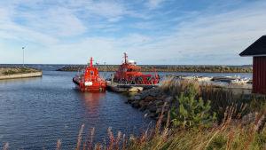 Luotsikuttereita Marjaniemen rannassa Hailuodossa syksyllä 2018.