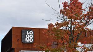 Punaisia lehtiä puussa Logomon edustalla