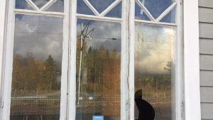 Riipan aseman ikkunaruutu on rikottu.