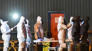 Rikospaikkatutkijoita Skripalien myrkytyspaikalla Salisburyssa 8. maaliskuuta.