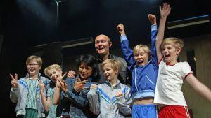 Billy Elliot -musikaalin pääosien esittäjät poseeraavat lavalla ohjaaja Samuel Harjanteen kanssa