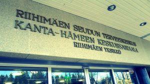Oven yläpuolella teksti Riihimäen seudun terveyskeskus Kanta-Hämeen keskussairaala Riihimäen yksikkö