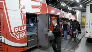 Onnibusin kuljettaja Mikael Rönnman pakkasi Imatralle lähtevää autoa Kampin linja-autoaseman terminaalissa 4. lokakuuta