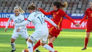 Espanjan Olga Garcia sekä Suomen Adelina Engman ja Anna Westerlund pelaamassa jalkapalloa.