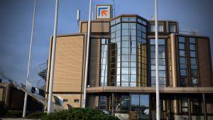 Finn-Powerin logo vaihtuu katolla pian Piristeelin logoon.
