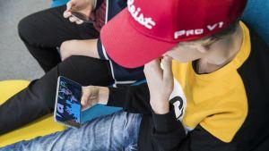 Pojat katsovat kännykästä YouTubea