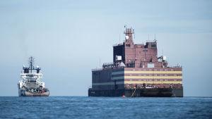 Akademik Lomonosov -ydinvoimalaitos ohittamassa Langelandin saarta Tanskassa toukokuussa.