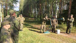 Kuvassa erityisnuoria Maanpuolustusyhdistyksen ja Vankkuri-hankkeen Intti tutuksi -leirillä Ylivieskassa syksyllä 2018.