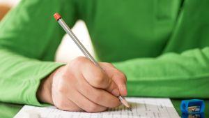 oppilas kirjoittaa